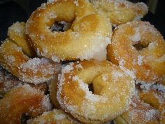 Rosquillas con flan Donut Recipes, Brunch Recipes, Sweet Recipes, Hispanic Desserts, Beignets, Decadent Cakes, Bread Machine Recipes, Cooking Chef, Homemade Cookies