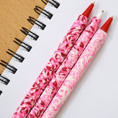DIY Marbled Clay Pen- awesome for my mom who loves cool pins Polymer Clay Pens, Polymer Clay Projects, Polymer Clay Creations, Sculpey Clay, Polymer Beads, Diy Back To School, Clay Tutorials, Clay Charms, Clay Beads