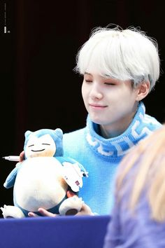 They have the same expression! 😹👏 We all know that Yoongi is secretly Snorlax! (or Ronflex 'cause I'm french :')) Park Ji Min, Min Yoongi Bts, Min Suga, Daegu, Jung Hoseok, K Pop, Rapper, Hongdae, I Love Bts