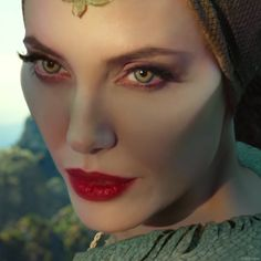 Erlebe Angelina Jolie als Maleficent ab Oktober im Kino! Angelina Jolie Makeup, Angelina Jolie Maleficent, Angelina Jolie Video, Maleficent Quotes, Maleficent 2, Donald Glover, Holographic Wallpapers, Villains Party, Power Of Evil