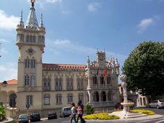 Câmara Municipal de Sintra. Parece um palácio de conto de fadas (pelo menos no nosso imaginário...) Sintra City Hall. Looks like a fairy tale palace!
