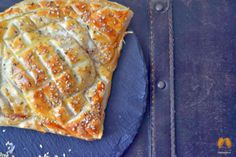 Puff Pastry Salmon with Cheese Creame and Sesame - http://www.delicias-boca.com/2014/03/hojaldre-de-salmon-ahumado-con-crema-de.html