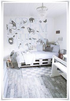 des palettes à roulettes, d'accord, y'en a partout, surtout en table basse, voici une version canapé lit et peinte en blanc, scandinavie oblige…(via Tyrifryd: NIB-UTFORDRING - På tapeten…)