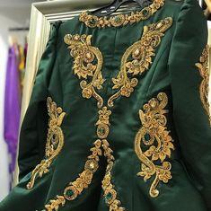 Aucune description de photo disponible. Morrocan Fashion, Detroit, Kaftan, Traditional Outfits, Floral Tops, Sari, My Style, Blouse, Womens Fashion