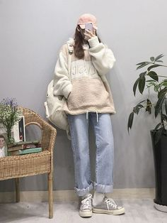 A cream polar and soft colored jeans. style and ulzzang image Korean Girl Fashion, Korean Fashion Winter, Korean Fashion Trends, Korean Street Fashion, Ulzzang Fashion, Korea Fashion, Asian Fashion, Korean Winter, Tokyo Fashion