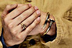 Anel e pulseira de prego dourado.