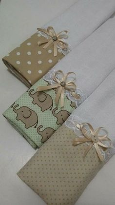 Kit com 3 fraldas de boca: R$ 25,00. Mede: 30x35. Whats: (48) 9-9673-2261 Dish Towels, Hand Towels, Tea Towels, Machine Embroidery Patterns, Sewing Patterns, Sewing Crafts, Sewing Projects, Craft Projects, Patchwork Baby