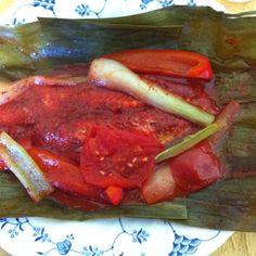 Se asa al carbon y tenemos el pescado tikin xic en Budapest,en esta ocasión acompañado de arroz blanco y salsa de habanero,al asar despedía un olor maravilloso:mezcla de pescado,achiote y hoja de plátano.