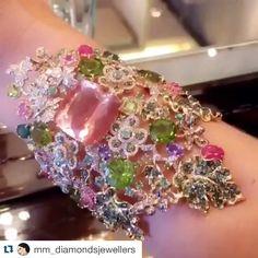 BRAZILIAN JEWELLERY (@goldesignbrazilianjewellery) More than a jewel, is an art!   Bom dia com a repostagem de um dos nossos surpreendentes braceletes que ontem deu o que falar nas redes sociais em todo o mundo!   Mais que uma joia, uma arte!   #success #goldesignbrazilianjewellery #bracelet #pink #green #flowers #preciousstones #diamonds #jewels #art