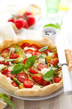 Envie de régaler toute la tablée ? 😋  Voici 10 idées de recettes avec un rouleau de pâte feuilletée !  #quiche #quiches #tomates #roquette #pâtefeuilletée #recettedesaison #healthy #minceur #recettehealthy #recette minceur #recettefacile #recettesimple #recetteconviviale #tarte Quiches, Caprese Salad, Vegetable Pizza, Brunch, Food And Drink, Snacks, Vegetables, Breakfast, Buffets
