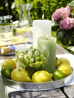 große kerzen und schöne zitronen als tischdekoration im sommer ähnliche tolle… big candles and beautiful lemons as a table decoration in the summer similar great projects and ideas as presented in the picture you can find in our magazine Summer Table Decorations, Decoration Table, Floral Centerpieces, Floral Arrangements, Lime Centerpiece, Centrepieces, Wedding Centerpieces, Large Candles, Deco Floral