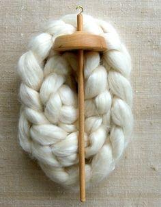 手紡ぎに最低限必要なのはこのふたつ。 羊毛とスピンドルです。  スピンドルは身近な手芸屋さんではなかなか取り扱われていないと思うので、羊毛の専門店やネット通販で手に入れましょう。