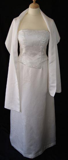 Robe de mariée avec bustier et jupe blanche. Très simple, elle mettra vos formes en valeur.