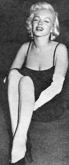 *-*1954_06_PhotographyMag_Report_05_byEarlWilson_060 ■Après la fête, Marilyn Monroe rejoint le chroniqueur Earl Wilson et sa femme dans une chambre à l'étage pour une interview accompagnée d'une session photos, par Earl Wilson.