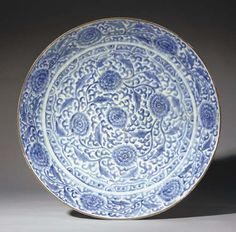 A LARGE SAFAVID BLUE AND WHITE SOFT PASTE PORCELAIN DISH   SAFAVID IRAN, SECOND HALF 17TH CENTURY