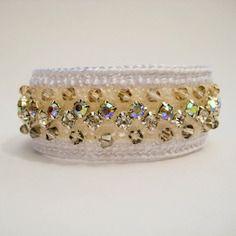 Bracelet  entièrement fait main, crochet avec  cristaux.