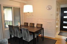 Tilava ruokapöytä olohuone-keittiö yhdistelmässä.