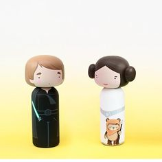 Cultural Icons as Kokeshi Dolls Peg Wooden Doll, Wooden Pegs, Princesa Leia, Clothespin Dolls, Kokeshi Dolls, Wood Toys, Diy Doll, Doll Accessories, Art Dolls