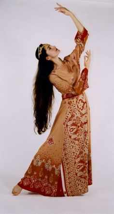 We now offer Persian Dance instruction by Shahrzad Khorsandi through our online classes. Instruction in this exquisite dance format is rare, and we thrilled to present Shahrzad's work and tr… Folk Dance, Dance Art, Tap Dance, Perse Antique, Persian Dress, Persian People, Dance Dreams, Belly Dancing Classes, Ancient Persian