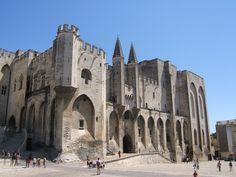 Palais de papes -de papes fut le plus grand et le plus important du 14 siecle. Il fut construit a partir de 1252 avant j.c. Il est situe  à Avignon dans le sud de la France.