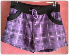 Short de felpa en color morado. Tiene vivos a contraste en negro y cintura elástica con cordón para fruncir. Estampado a cuadros escoceses. Detalle de 2 bolsillos. Talla: XL. 95% Algodón, 5%Elastano  http://www.aleko.kingeshop.com/Short-Escoces-dbbaaadef.asp