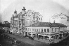 1900-luvun alkuvuosina Lindblomin talon koristelehvät ja patsaat olivat vielä paikoillaan. Sen vasemmalla puolella toimi Trappin rautakauppa, jonka yksikerroksinen talo tuhoutui talvisodassa. Etualan Wiklundin talo purettiin vasta 1961, kun Lindblomin talon tilalla jo oli uusi tavaratalo. Kuva: G. Welin