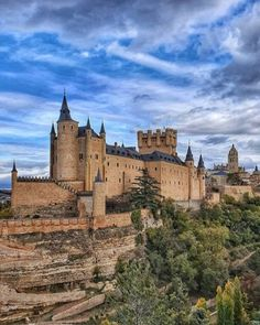 Alcázar de Segovia 🇪🇸 Monument Valley, Medieval, Manor Homes, Gothic, Weird, Forts, Towers, Building, Pictures
