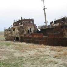 Navíos encallados en arena del desierto dejado tras la desecación del Mar de Aral