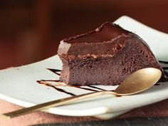 Learn how to prepare Simple Chocolate Cake with Few Ingredients. Melt the chocolate and butter in a deep container . Flourless Chocolate Cakes, Chocolate Desserts, Chocolate Fudge, Food Cakes, Chocolates, Diabetic Cake Recipes, Sugar Free Sweets, Chocolate Chip Oatmeal, Sugar Cravings