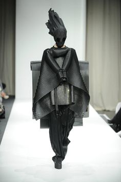 26 Ideas For Fashion Model Catwalk Haute Couture Weird Fashion, Dark Fashion, Fashion Art, High Fashion, Fashion Design, Fashion Trends, Mode Costume, Conceptual Fashion, Inspiration Mode