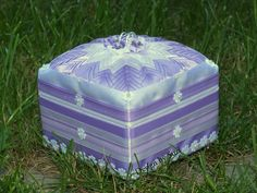 Design by Suzi: Guest post: Patchworková šperkovnica (Patchwork Jewel Box) Quilted Ornaments, Jewel Box, Outdoor Furniture, Outdoor Decor, My Works, Ottoman, Decorative Boxes, Jewels, Crafts