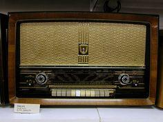 Vintage radio - Philips by Eva the Weaver, via Flickr