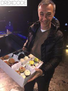 Seguiamo sempre con affetto Radio Deejay che solo pochi giorni fa ha festeggiato 33 anni! Per augurare buon compleanno Drexcode ha inviato 33 cupcakes e tanti buoni omaggio!! Ecco Linus con il nostro regalo!!
