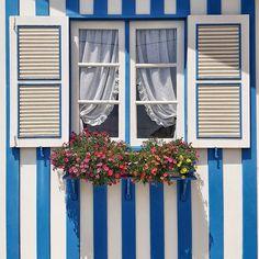 """""""There are some people in life that make you laugh a little louder smile a little bigger and live just a little better""""  . Definitivamente la vida es más feliz compartida con amigos. Muy Feliz Día!  . {La frase no es mía ni encontré el autor la  sí y es en Costa Nova Portugal  } . #bonjour #buendia #goodmorning #blue #bleu #azul #colorsoloparami #colorlove #lovecolors #stripes #ihavethisthingwithwindows #beautifulplaces"""