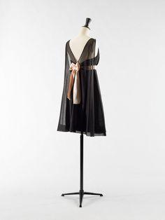 Les plus belles créations noires de Balenciaga s'exposent à Paris   Glamour