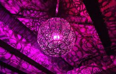 Une lampe fabriquée avec de vieilles pièces de vélo. © boredpanda.com
