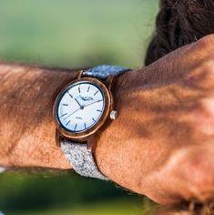 """Entdecke die Vielfalt bei der jungen, stylischen Sissy & Max Uhrenkollektion by Waidzeit Austria. Die Herrenmodelle aus Walnussholz mit wechselbaren Holz- oder Lederbändern sind ingrau, blau, grün oder """"holzig"""" (mit Holzband) erhältlich und ganz einfach auszutauschen.  Das schneeweiße zeitlos schöne Ziffernblatt passt zu jedem Outfit - egal ob klassisch elegant oder modern sportlich."""