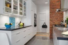 Nice brick wall combined with otherwise modern look. Kitchen Reno, Home Decor Kitchen, Home Kitchens, Kitchen Dining, Kitchen Cabinets, Dining Room, Leroy Merlin, House 2, Brick Wall