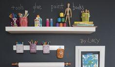 Streiche zur einfachen Beschriftung eine Wand mit Tafellack und hänge dann Regalbretter auf.