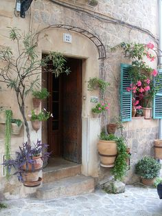 Il ike the flowers! Beautiful Buildings, Beautiful Places, Outdoor Living Rooms, Spanish House, Majorca, Garden Gates, Windows And Doors, My Dream Home, Backyard