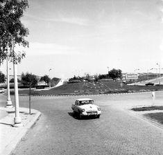 Rotunda do relógio (acesso aeroporto Lisboa) Old Pictures, Old Photos, Lisbon Airport, Iberian Peninsula, Guinness World, Urban Landscape, Ocean, History, Buildings