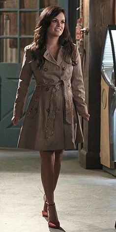Zoe's leopard trimmed trench coat on Hart of Dixie.  Outfit Details: http://wornontv.net/44949/ #HartofDixie