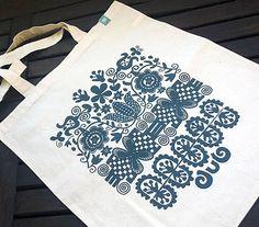 svetlá plátená taška, na ktorej je sieťotlačou aplikovaný vzor vytvorený z rôznych motívov výšiviek zo stredného Slovenska....