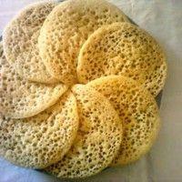Baghrir is een soort dun pannekoekje dat ook wel duizend gaten wordt genoemd. Dit gerecht wordt meestal s'middags bij de thee gegeten, bij het ontbijt of tijdens een feest. Benodigdheden: - 500 gram griesmeel - 200 gram boter - 100 gram honing - 1 liter...