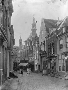 Middelburg: Segeersstraat; Straatbeeld met op de achtergrond de toren van het stadhuis