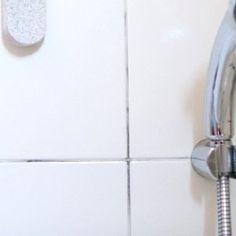Pour nettoyer des joints de carrelage noircis de manière économique et presque écologique, il faut les gratter avec une brosse à dent et un mélange de vinaigre blanc et quelques gouttes de produit vaisselle dans un bol d'eau. Puis rincer et passer, toujours avec une brosse à dents, de l'eau oxygénée sur le joint.