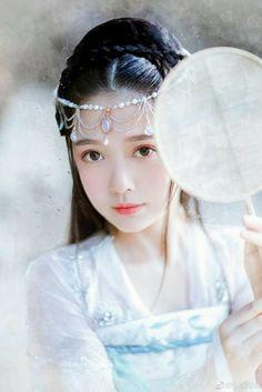 Hồi ức là thứ mà người ta cất giữ lâu nhất. Dù qua cả một đời cũng chẳng thể quên được dung mạo của người thương thuở thiếu thời. Mang theo bóng hình kia giữ lại trong tim để họ được sống mãi bên chẳng bao giờ xa vắng. #thanhthanh Anime Fantasy, Fantasy Girl, Chinese Culture, Chinese Art, Chinese Clothing, Chinese Dresses, Hanfu, Beautiful Asian Girls, Beautiful Outfits