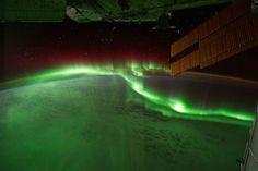Aurores boréales vertes vu de la terre et de l'espace