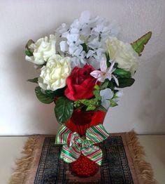 Arranjo de Flores Artificiais de Seda : Flores brancas,e uma rosa vermelha, folhagens , em Vaso de Acrílico vermelho decorados com lindo laço . R$ 80,00