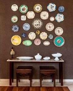 Plate wall gallery is a cheerful and original idea for decorating an empty wall. Learn how to create a plates wall gallery in our easy tutorial. Antique Plates, Vintage Plates, Decorative Plates, Vintage Pyrex, Plate Wall Decor, Plates On Wall, Home Decoracion, Hanging Plates, Plate Display